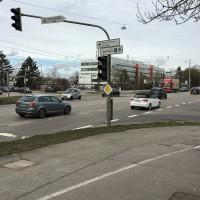An dieser viel befahrenen Kreuzung ist einmal mehr auf einer Seite keine Überquerungsmöglichkeit gegeben.