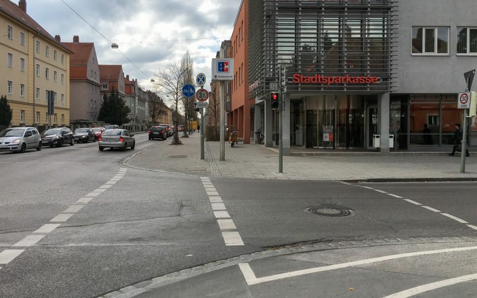 Eine Radwegefurt (links, mit dicken gestrichelten Linien) grenzt direkt an eine Fußgängerfurt (rechts, dünn gestrichtele Linie). Hier greift die Übergangsregel.
