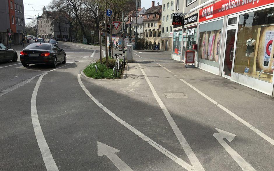 Der Radweg wird kurz vor der Kreuzung hinter eine Baumreihe verschwenkt und führt erst direkt im Haltebereich wieder an die Fahrbahn heran – suboptimal.