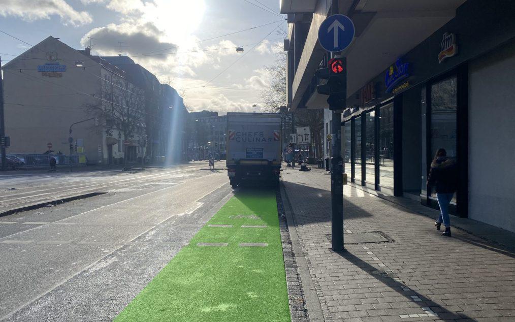 LKW parkt auf Radspur